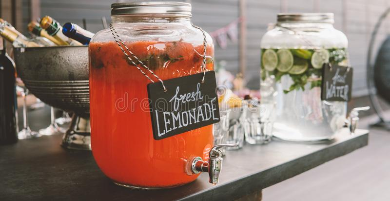 在一个玻璃瓶子的Nstrawberry柠檬水 刷新的夏天喝特写镜头 库存照片
