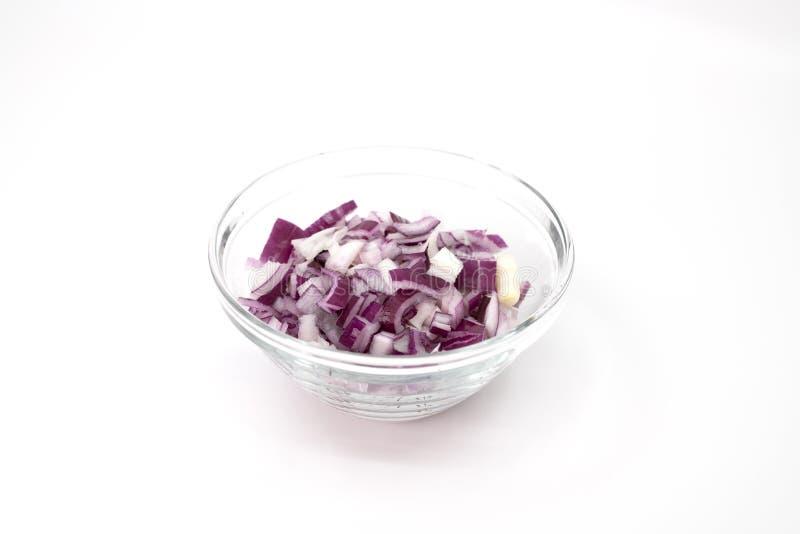 在一个玻璃碗的切成小方块的红洋葱 免版税库存图片