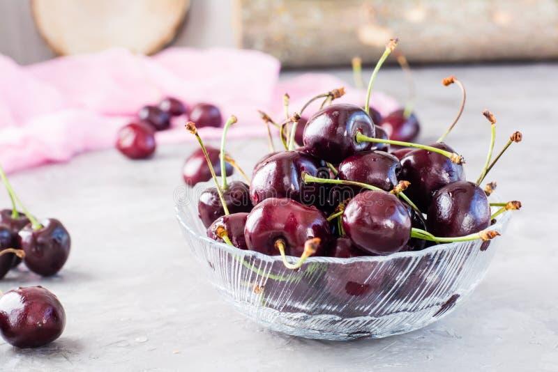 在一个玻璃碗的成熟新鲜的甜樱桃 免版税库存照片