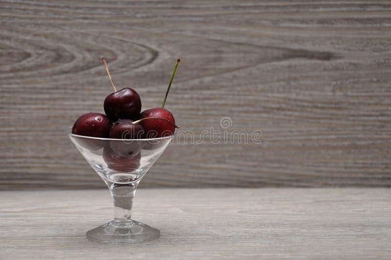 在一个玻璃碗的樱桃 库存照片