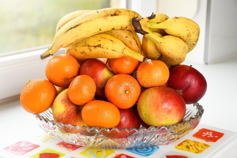 在一个玻璃碗的自然新鲜的生物选择的果子在厨台 免版税库存图片