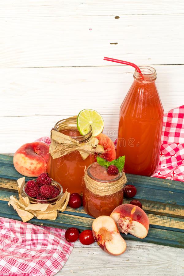 在一个瓶子的西瓜圆滑的人用桃子,石灰 免版税库存图片