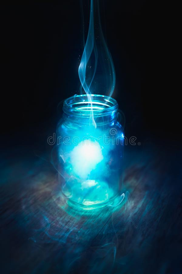 在一个瓶子的魔术在黑暗的背景 免版税库存照片