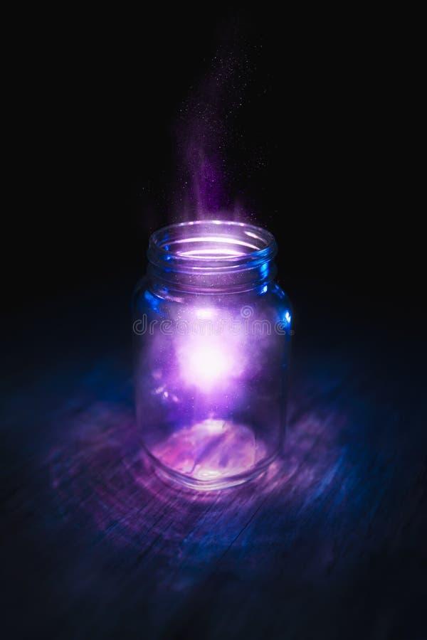 在一个瓶子的魔术在黑暗的背景 免版税图库摄影