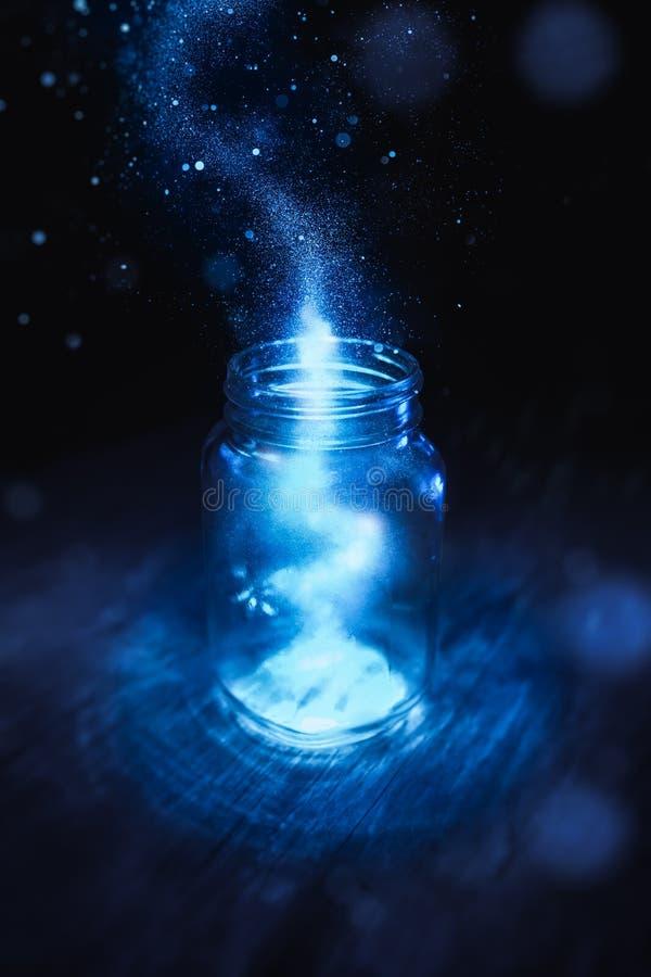 在一个瓶子的魔术在黑暗的背景 库存照片