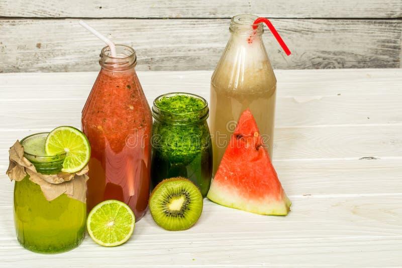 在一个瓶子的绿色和红色圆滑的人有石灰的,猕猴桃 库存照片