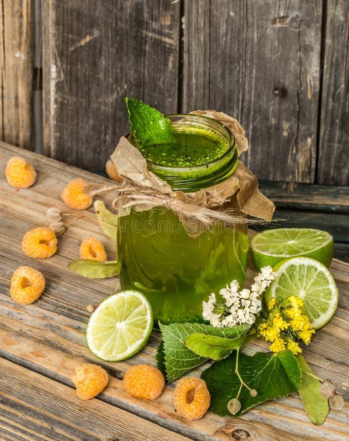 在一个瓶子的绿色圆滑的人有石灰、猕猴桃和莓果的 免版税库存照片
