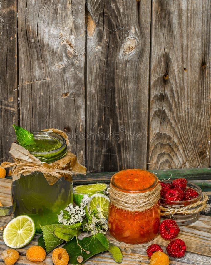 在一个瓶子的绿色圆滑的人有石灰、猕猴桃和莓果的 库存照片