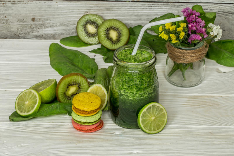 在一个瓶子的绿色圆滑的人有石灰和莓果的 免版税库存图片