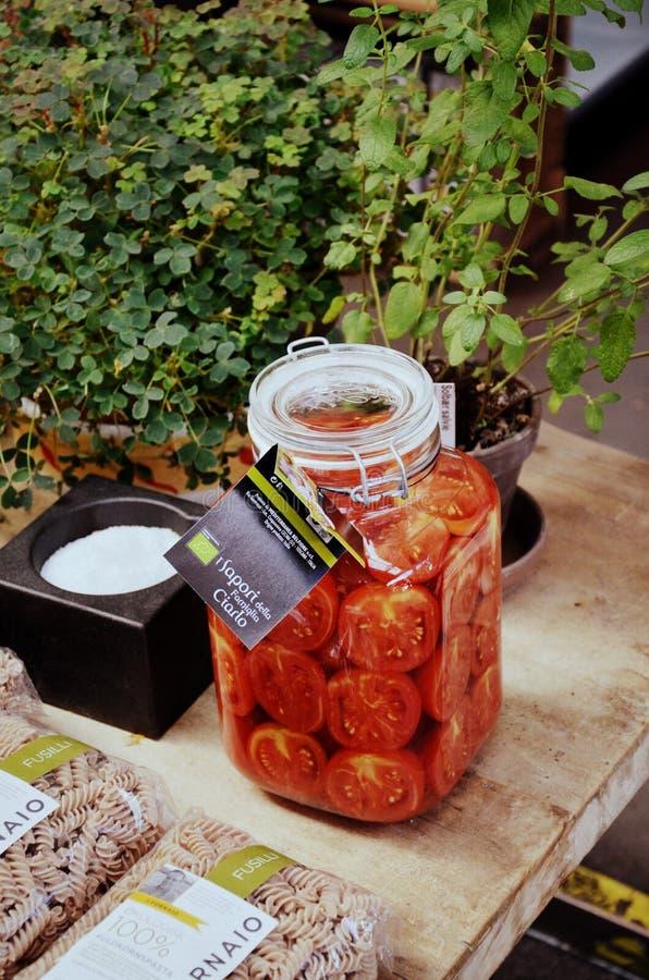 在一个瓶子里面的蕃茄在市场上 免版税库存照片