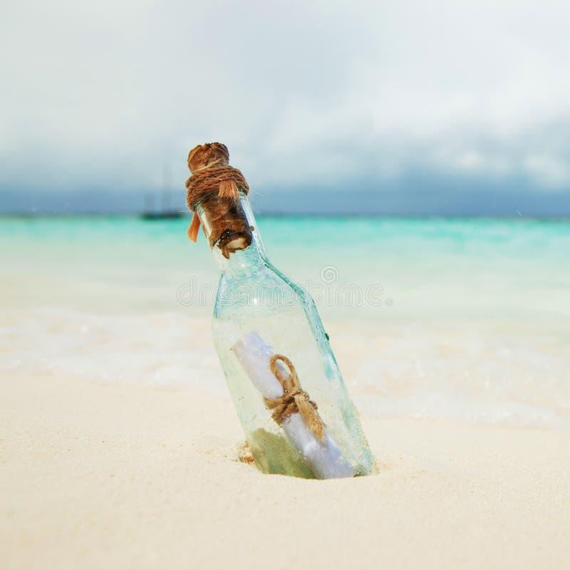 在一个瓶的一封信件在海滩 海岛生活方式 白色沙子,热带海滩水晶蓝色海  免版税库存照片