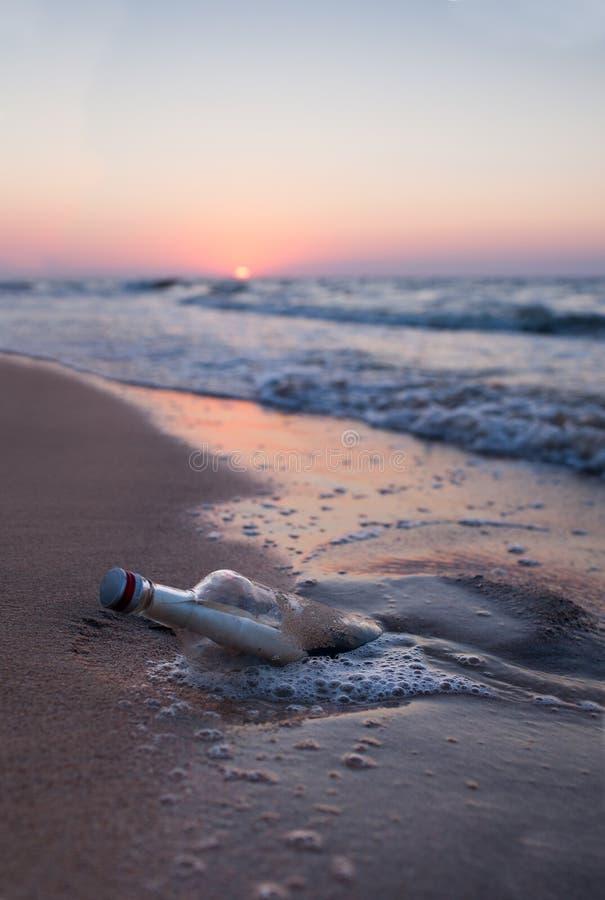 在一个瓶的消息在海 库存图片