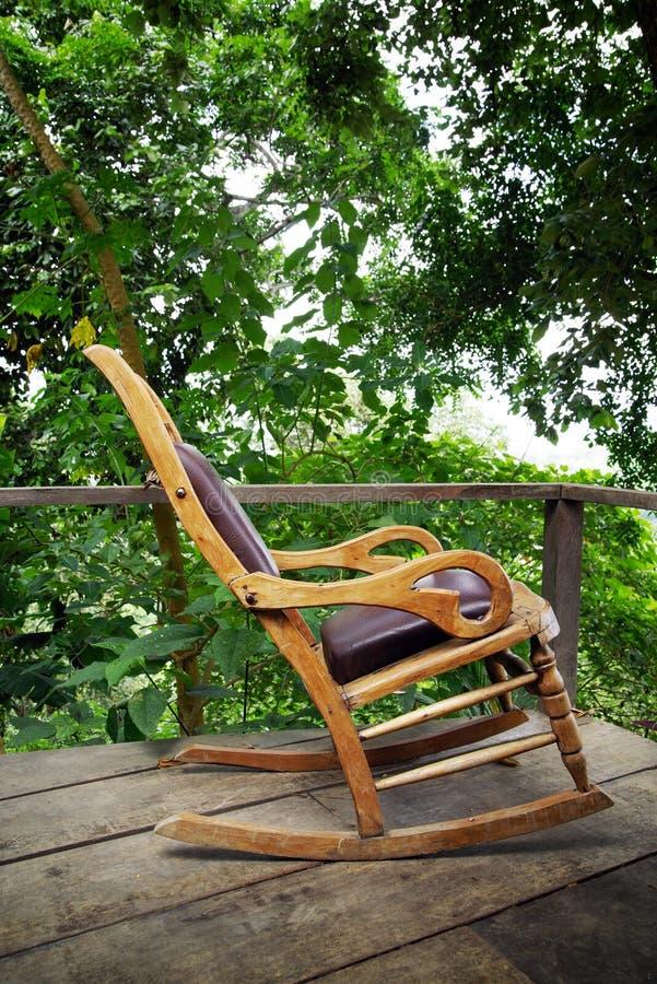 在一个生态森林村庄的大阳台的木摇椅在门卡,圣玛尔塔内华达山脉山 库存图片