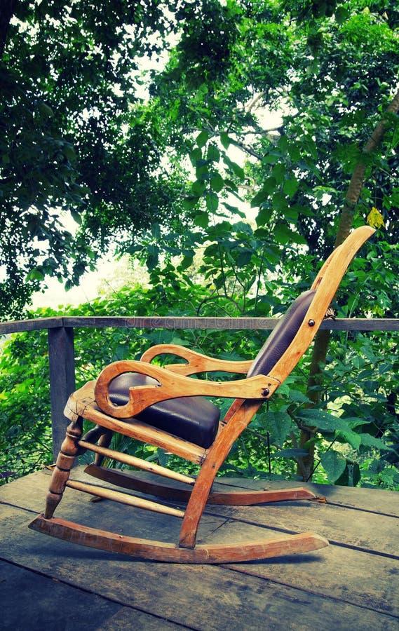 在一个生态森林村庄的大阳台的木摇椅在门卡,圣玛尔塔内华达山脉山 免版税图库摄影