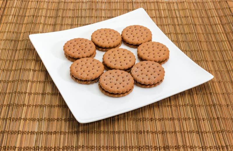 在一个白方块盘的圆的三明治曲奇饼 图库摄影