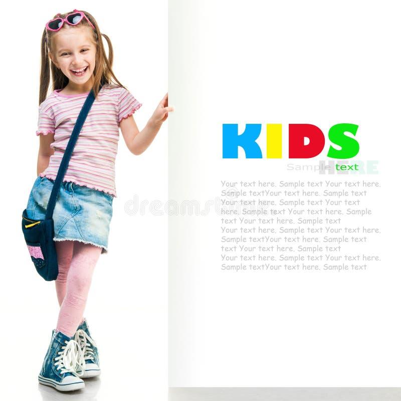 在一个白板后的时尚女孩 免版税库存图片