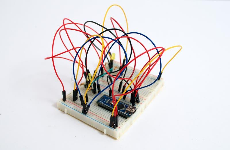 在一个白板的连接的导线连接的组分的 图库摄影