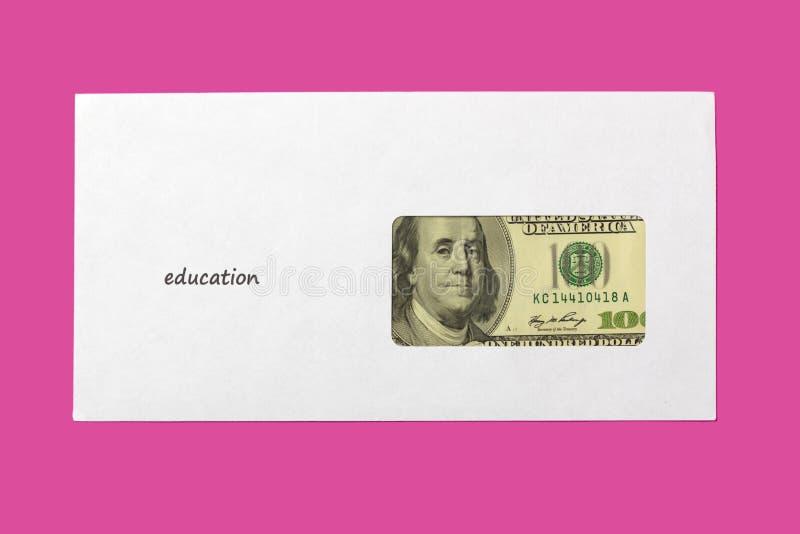 在一个白色信封的美国美元在桃红色背景 在信封教育的题字 免版税库存图片