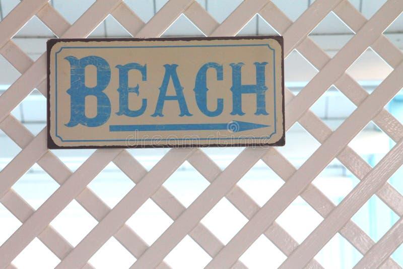 在一个白色格子的海滩标志 库存照片