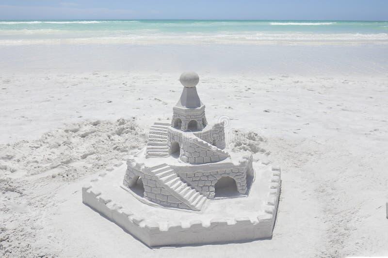 在一个白色沙滩的沙子城堡 免版税库存图片