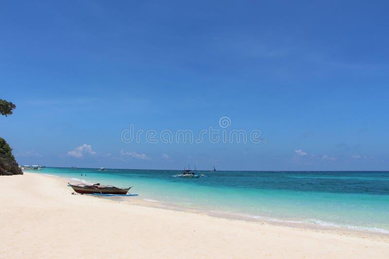 在一个白色沙滩的挖掘的独木舟 库存图片