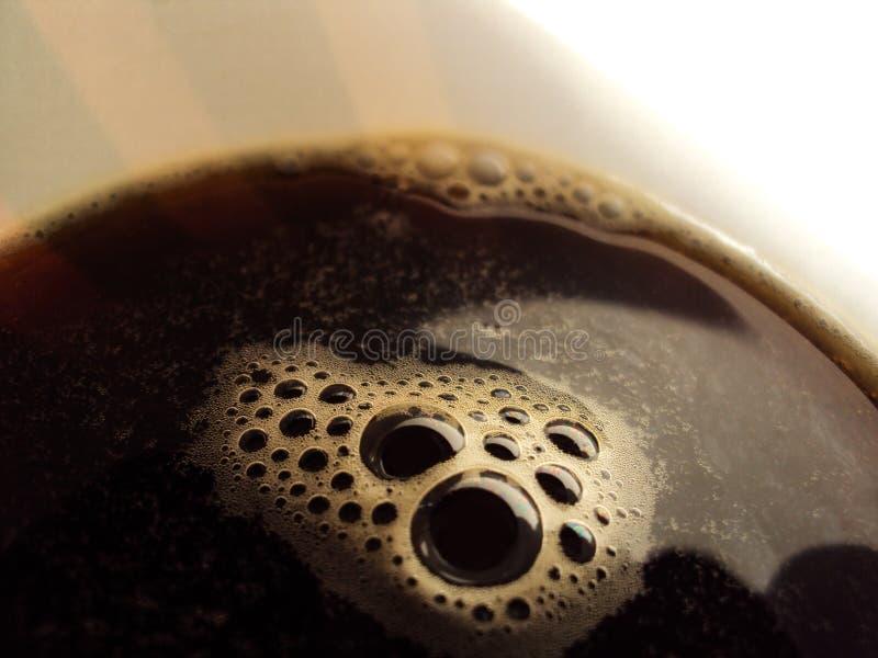 在一个白色玻璃特写镜头的咖啡泡沫 免版税库存照片