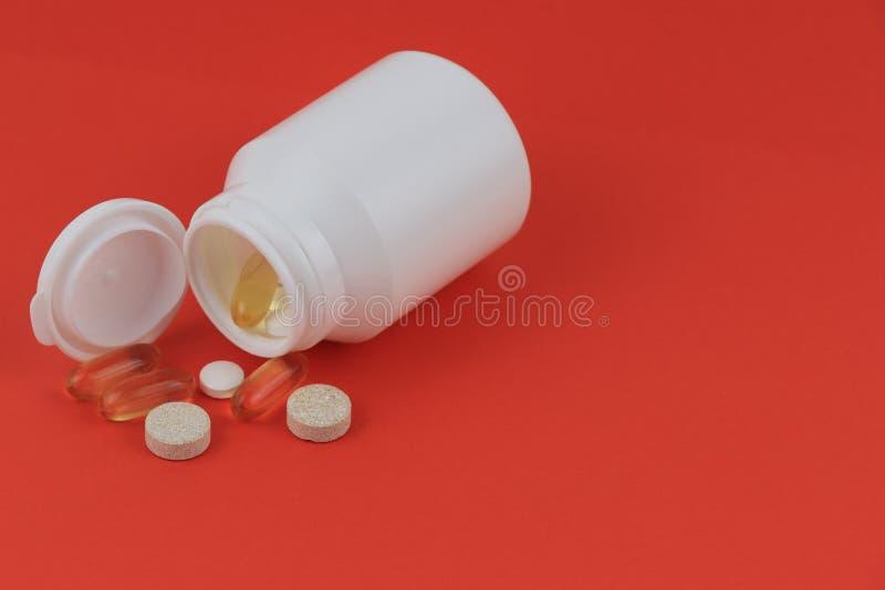 在一个白色瓶子的药片药片散装 库存照片