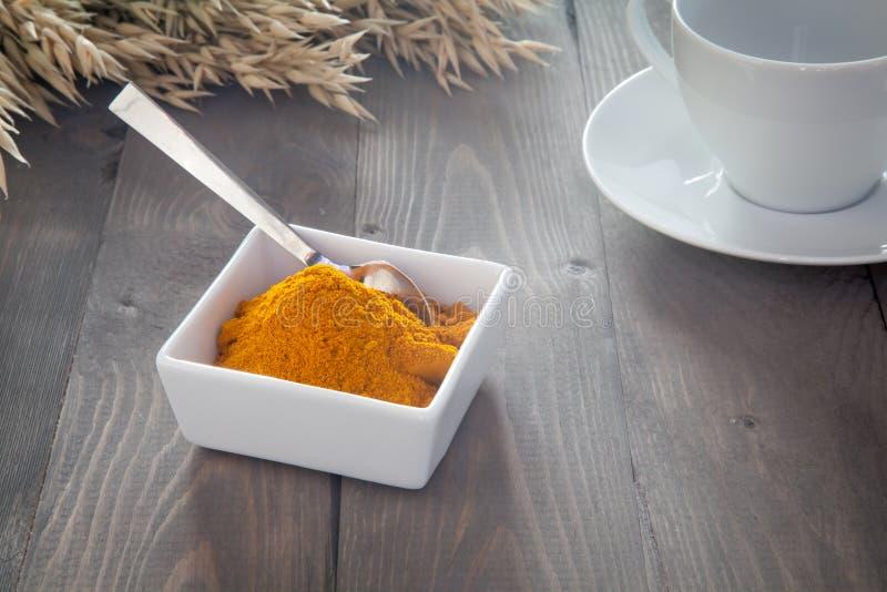 在一个白色碗的姜黄 免版税库存图片