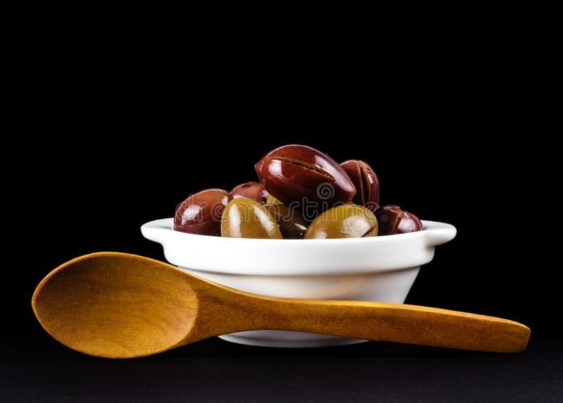 在一个白色碗的桃红色橄榄 库存照片