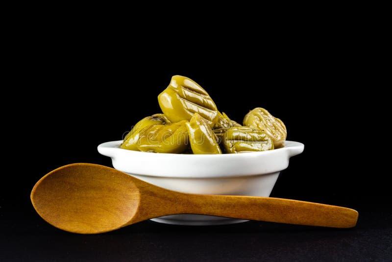 在一个白色碗的烤橄榄 库存图片