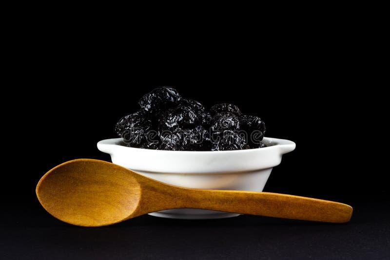 在一个白色碗的黑橄榄 免版税库存照片