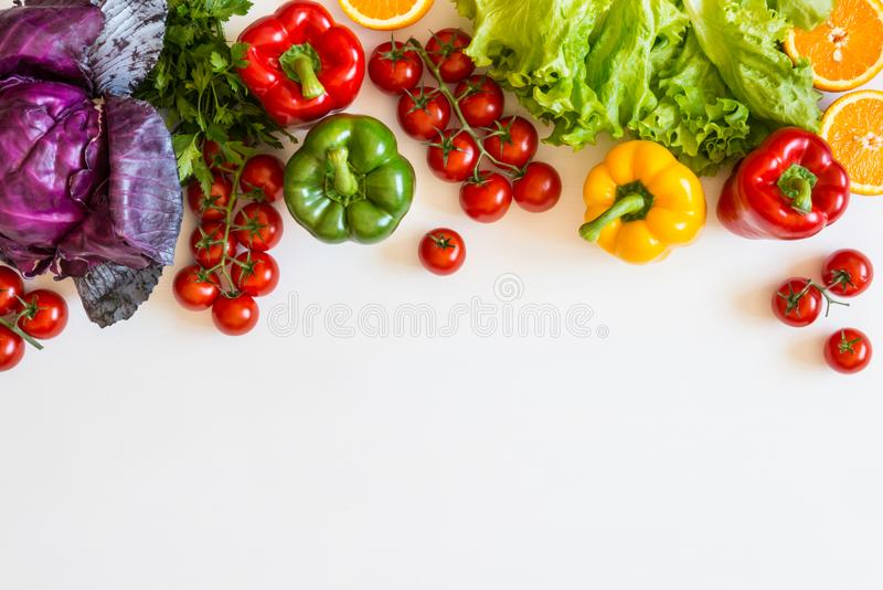 在一个白色背景,种田和健康食物概念的新鲜的五颜六色的有机菜 复制空间 平的位置 免版税库存照片