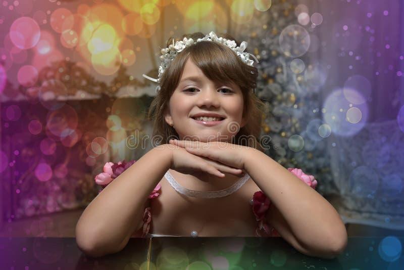 在一个白色花圈的女孩画象 库存照片