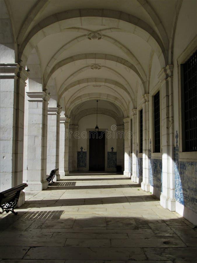 在一个白色走廊的葡萄牙传统瓦片 图库摄影