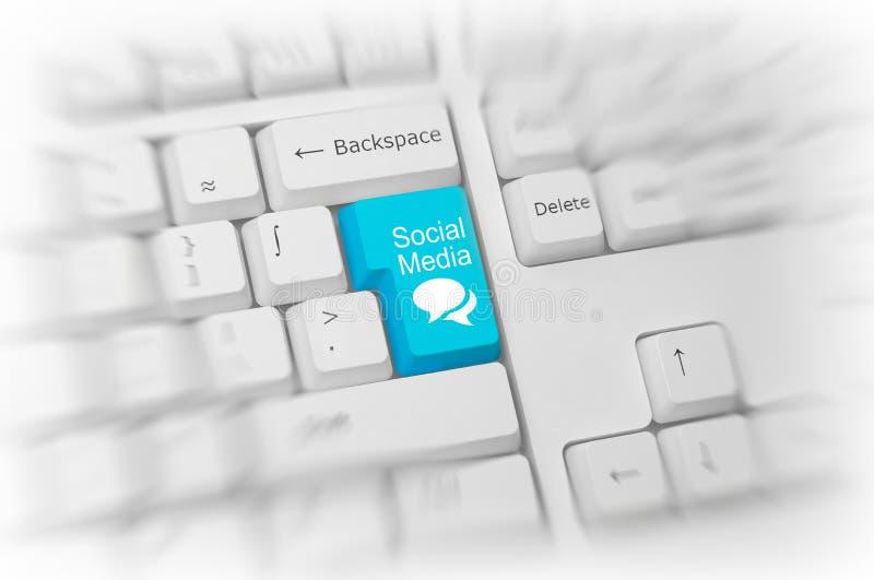在一个白色键盘的蓝色社会媒介钥匙 免版税库存图片