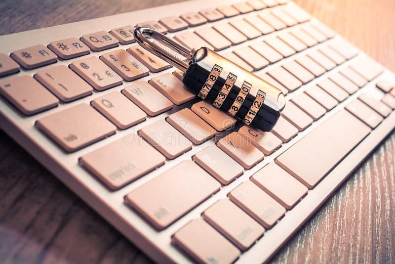 在一个白色键盘的黑号码锁-获取计算机注册概念 免版税库存照片
