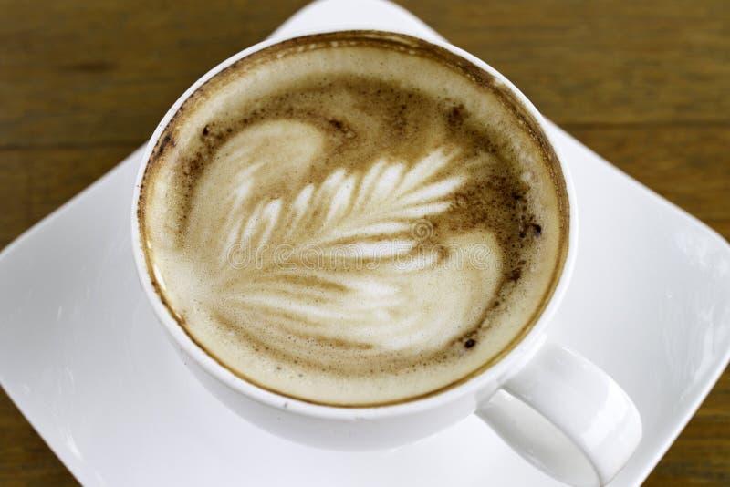 在一个白色陶瓷杯子的咖啡 免版税库存图片