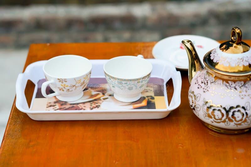 在一个盘子的两个空白的杯子有水壶的 免版税库存照片
