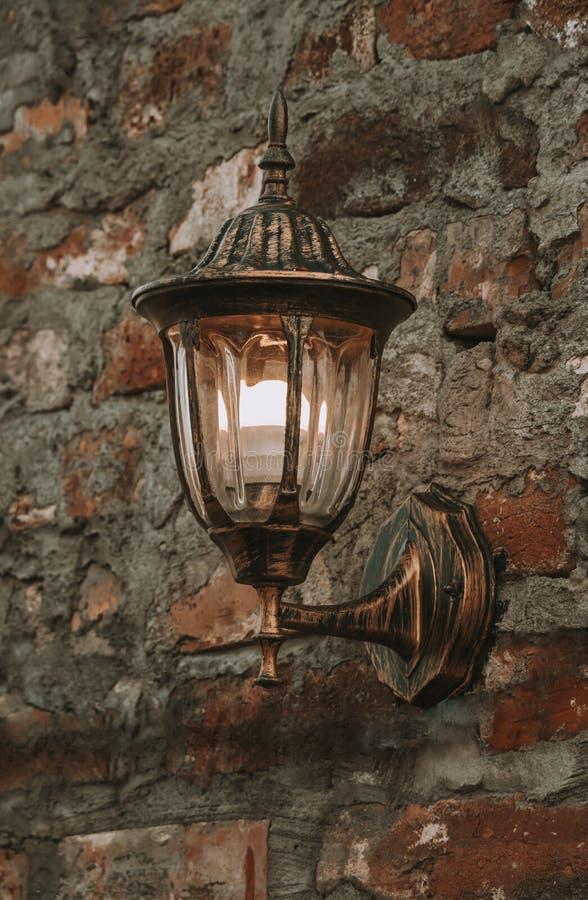 在一个石墙上的老灯笼 免版税图库摄影