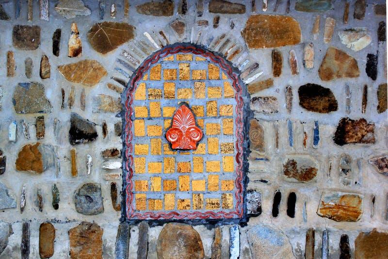 在一个石墙的装饰bricked窗口 免版税图库摄影