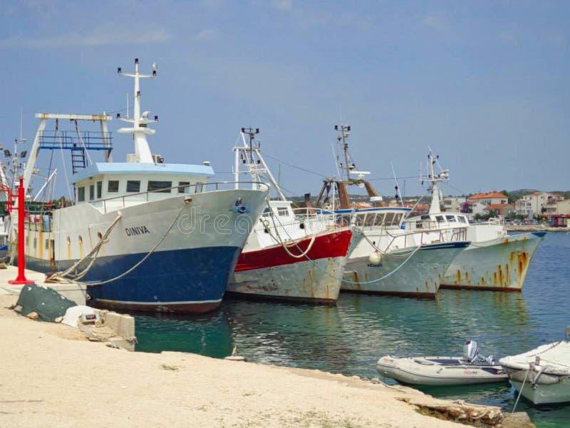 在一个码头的小船在夏天 库存图片