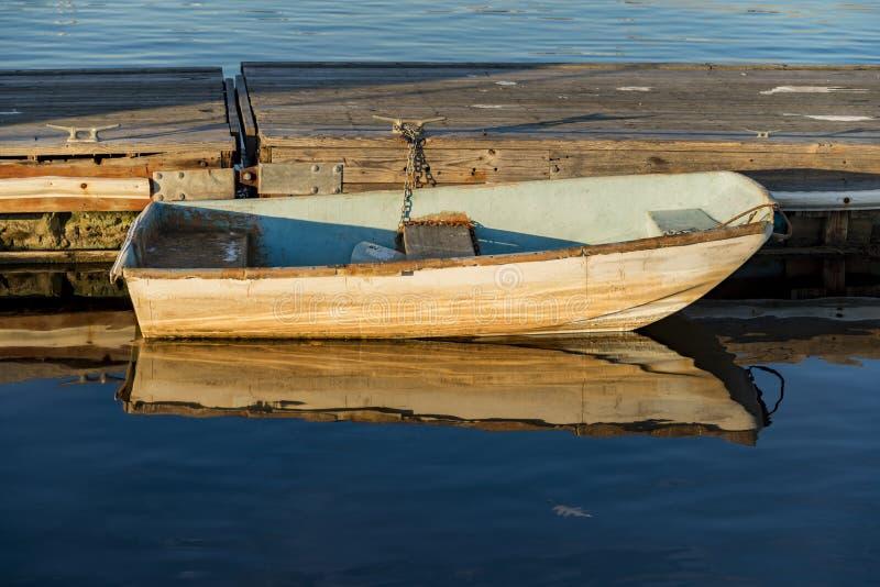 在一个码头附近的渔船在海洋海岸 库存图片