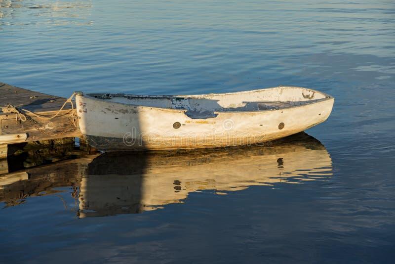在一个码头附近的渔船在海洋海岸 免版税库存照片
