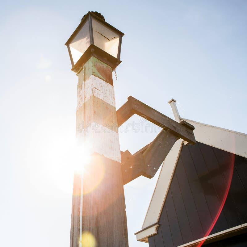在一个码头的古老沿海灯在福伦丹村庄 免版税库存图片