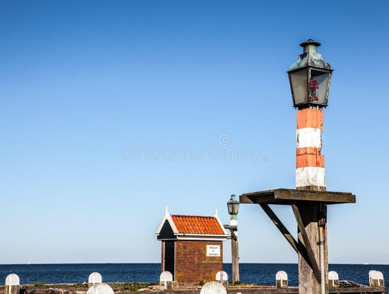 在一个码头的古老沿海灯在福伦丹村庄 图库摄影