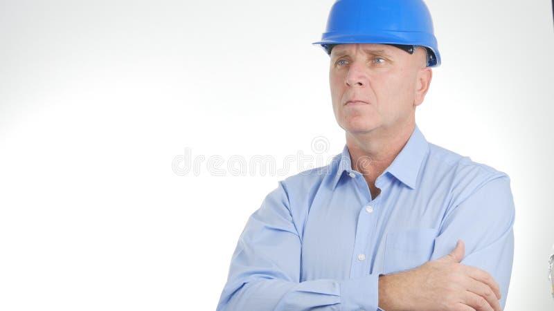 在一个确信的介绍的商人图象佩带的工程师安全帽 库存图片