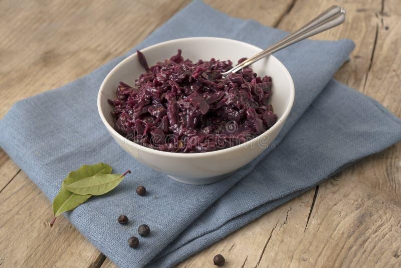 在一个碗、杜松子和月桂叶的煮熟的红叶卷心菜在a 库存图片