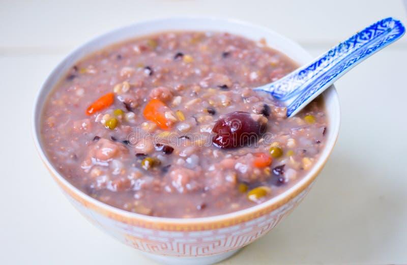 在一个碗的健康中国五谷粥用枣& Goji莓果在上面 免版税库存图片