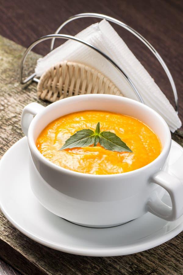 在一个碗的南瓜汤有新鲜的蓬蒿的 库存图片