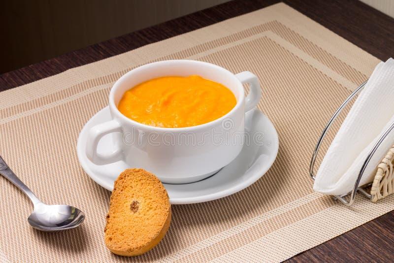 在一个碗的南瓜汤用油煎方型小面包片 免版税库存图片